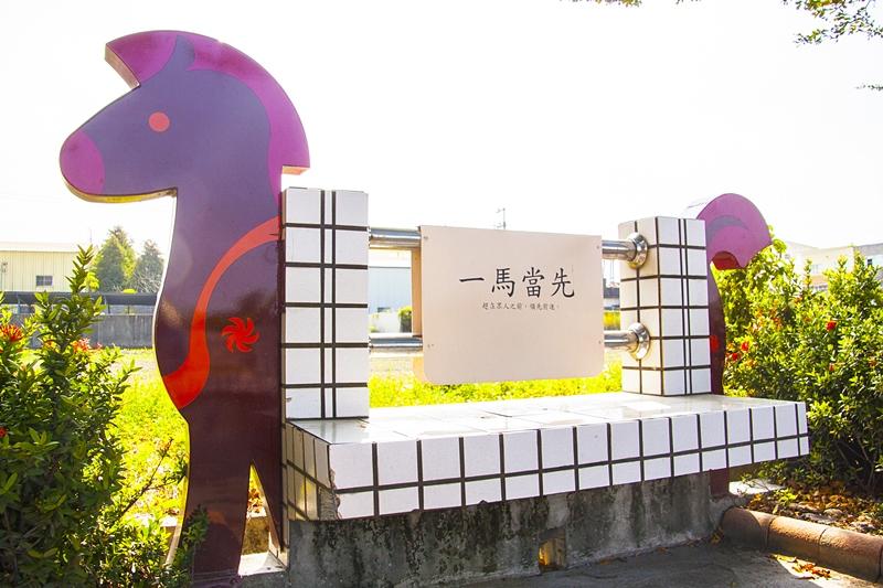 馬興國小校園外馬兒造型的休憩椅2.jpg